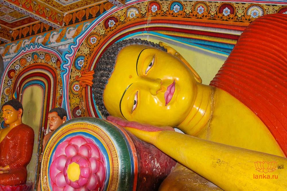 Cтатуя лежащего Будды