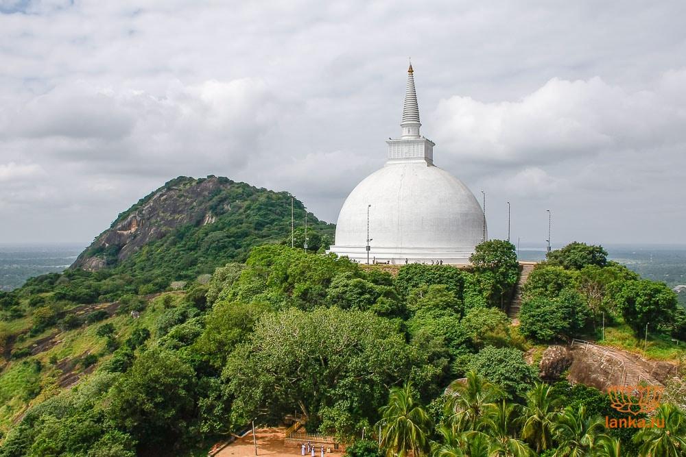 Самая большая в Михинтале ступа – Махасейя (Mahaseya Dagoba)