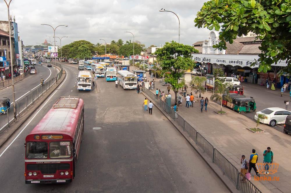 Автобусная остановка 138 автобуса напротив жд Коломбо Форт