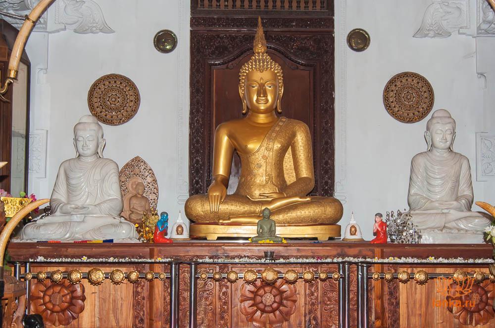 Статуя Будды в храме зуба Будды