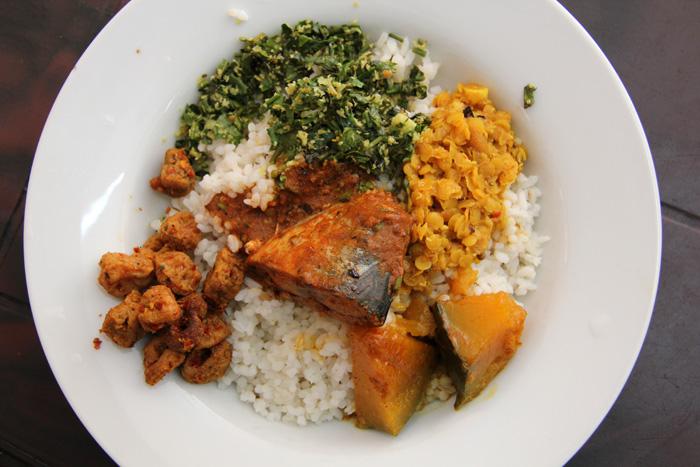 Рыбное карри и смесь риса