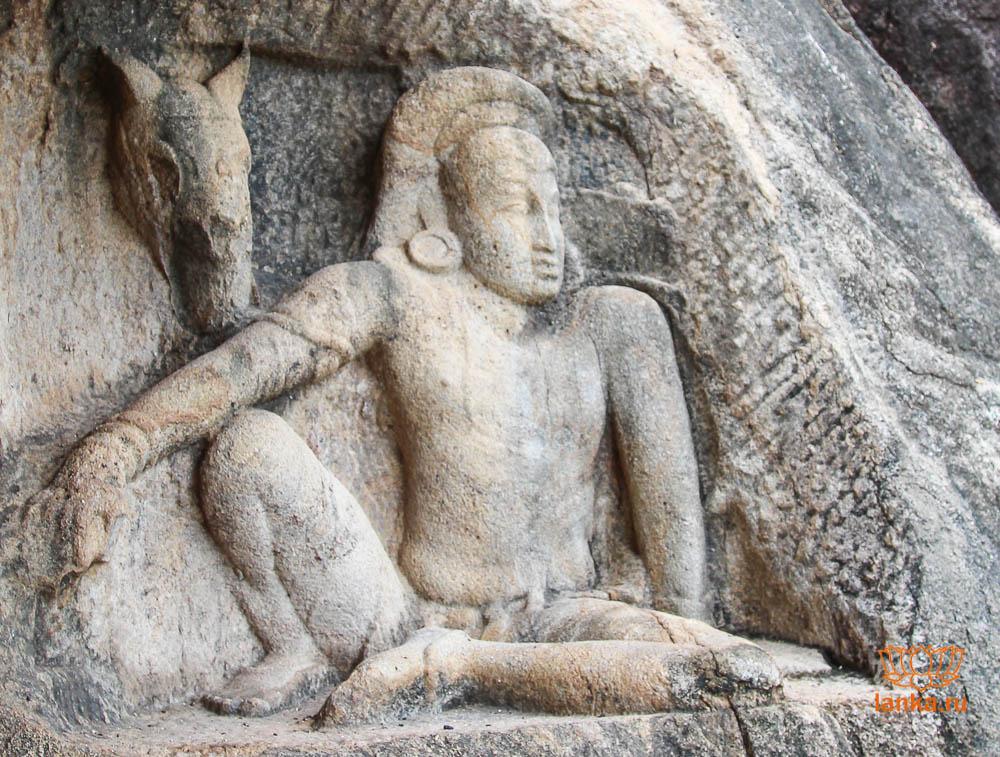 Барельеф сидящего мужчины, рядом с которым изображена голова лошади