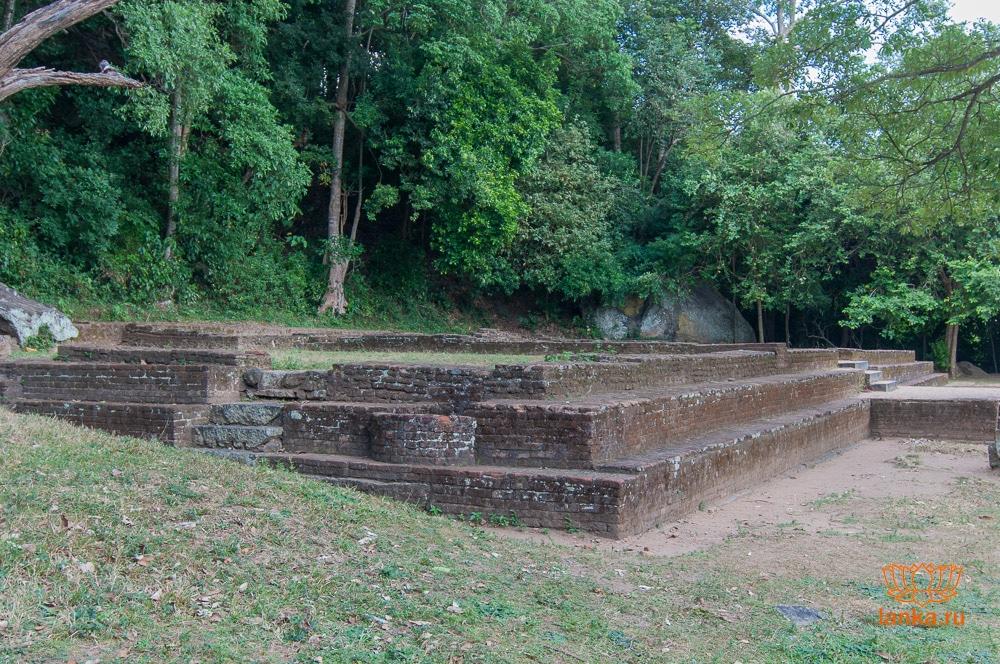 Основание дворца Япахувы (Yapahuwa)
