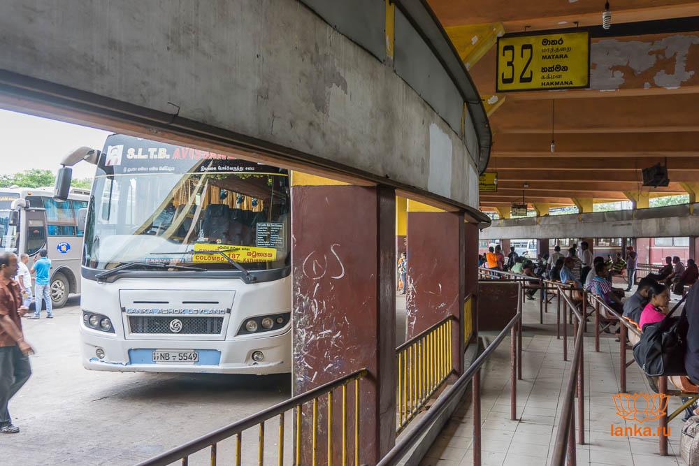 Полукруглая платформа с которой отправляются автобусы-экспрессы в аэропорт